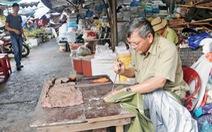 Người thợ vá áo mưa cuối cùng ở chợ Đông Ba