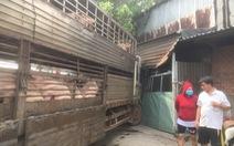 Xe chở heo lao vào nhà dân, quốc lộ 13 nối TP.HCM - Bình Dương kẹt cứng