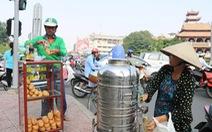 Tủ bánh mì miễn phí trên vỉa hè Sài Gòn của cô sinh viên trường kinh tế