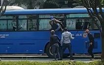 Video nhóm 'giang hồ' cầm mã tấu đập phá xe buýt, dọa chém tài xế