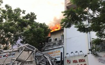 Sân thượng cửa hàng ở quận 10 bốc cháy, hàng chục nhân viên tháo chạy