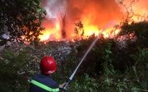 Bãi rác 3.000m2 trong khu dân cư bốc cháy dữ dội