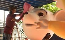 Chuột chèo thuyền, chơi đàn... tại đường hoa Nguyễn Huệ Tết Canh Tý