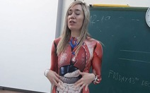 Cô giáo mặc nguyên bộ đồ họa tiết nội tạng để dạy học