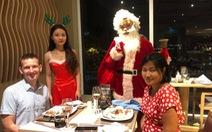 Tiệc đêm Giáng sinh nhà hàng, quán ăn Sài Gòn nườm nượp khách