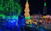 Cây thông khổng lồ làm từ 2.100 nón lá, cao gần 30m ở Biên Hòa