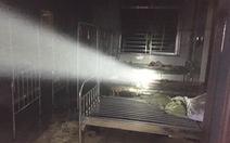 Bệnh nhân nghi đốt bệnh viện, bác sĩ tá hỏa bỏ chạy lúc rạng sáng