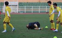 Thầy Park té lăn cù vì chơi bóng ma với học trò