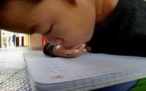 Phong đi học, tay và cổ kẹp bút