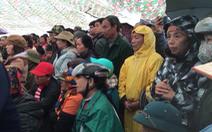Trực tiếp: Hàng ngàn người dân đội mưa nghe tuyên án vụ 'giết nữ sinh giao gà'