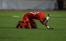 Cầu thủ Singapore đấm liên tiếp xuống sân sau khi Đức Chinh ghi bàn