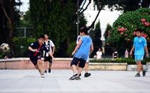 Vụ đá bóng trúng ngực tử vong: Làm gì để tránh nguy hiểm khi chơi thể thao?