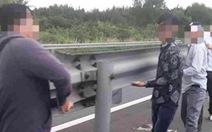 Tài xế tháo lan can trên cao tốc phải bị xử lý
