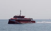 Tàu cao tốc đổi hành trình để cứu 4 người trôi dạt trên biển