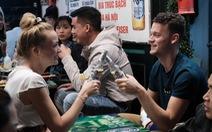 Khách Tây hào hứng đếm ngược đón giao thừa tại Hà Nội