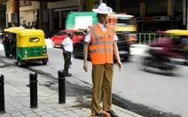 Ma-nơ-canh ra đứng đường làm cảnh sát giao thông