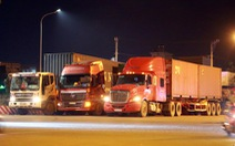 Khổ vì... thiếu bãi đậu xe, xe tải và container phải đậu tạm trên đường