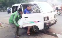 Video: Xe đưa rước bốc khói nghi ngút, 10 học sinh tháo chạy