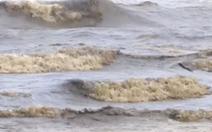 Video: Nước biển có màu đen vàng kéo dài hơn 2km ở Quảng Ngãi