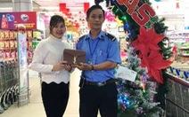 Nhân viên bảo vệ siêu thị trả lại hơn 25 triệu đồng cho khách đánh rơi