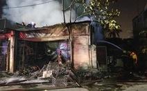 Cháy cửa hàng trong đêm, người dân phá cửa cứu 5 người mắc kẹt