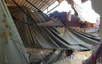 Xe tải chở hàng chui vào... phòng ngủ nhà dân, 5 người thoát chết