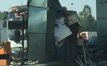 Xe khách tông vào trạm thu phí trên cao tốc, nhiều hành khách thót tim