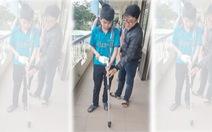 Sinh viên làm gậy thông minh giúp dẫn đường, 'báo động' khi người khiếm thị ngã