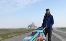 Thán phục cô gái mắc bệnh lạ đẩy xe đi bộ 6.000 km