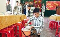 Phạm nhân tự nấu bữa cơm tất niên đặc biệt của mình