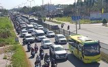Xe khách chết máy trên cầu Mỹ Thuận, quốc lộ 1 kẹt chục cây số
