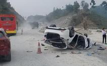 Mazda 6 lật ngửa trên cao tốc Nội Bài - Lào Cai, 3 người bị thương