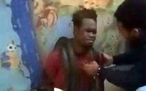 Cảnh sát Indonesia hỏi cung nghi phạm bằng... rắn sống