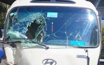Điều tra xe chở 27 khách bất ngờ tông ôtô 7 chỗ đậu ven đường