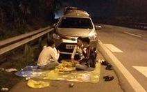 Lại ngang nhiên trải chiếu ngồi ăn trên cao tốc Nội Bài - Lào Cai