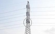 Người đàn ông vắt vẻo trên trụ điện cao thế hơn một ngày chưa xuống