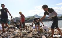 Bay từ Nam Phi, Argentina, Hà Lan qua Việt Nam… nhặt rác