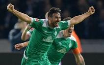 Pizarro với cú sút phạt đi vào lịch sử Bundesliga