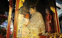 Những hình ảnh 'xấu xí' tại lễ hội đền Bà Chúa Kho
