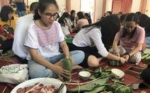 Kiều bào, du học sinh Việt ở Bangkok, Thái Lan gói bánh chưng đón tết