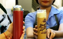 Quán trà sữa bất ngờ khi thấy khách vô mang theo bình, ống hút