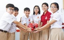 Học sinh đập heo đất làm từ thiện mùa Tết