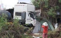 Hoảng hồn khi xe tải chở hàng chục tấn sắt lao thẳng vào nhà