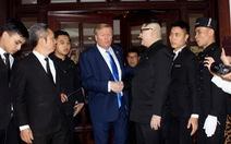 Hai ông Trump và Kim 'giả' đã bắt tay nhau tại Hà Nội