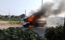 Xe bồn chở xăng bốc cháy dữ dội trên Xa lộ Hà Nội