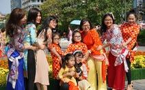 Nhiều gia đình ra đường hoa Nguyễn Huệ ngắm hoa, đọc sách