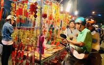 Siêu thị đóng cửa, dân Sài Gòn đổ xô ra chợ mua đồ Tết