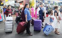 Hàng vạn du khách rời thành phố lên đường 'chơi Tết'