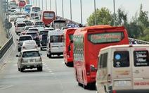 Khách từ Sài Gòn về miền Tây quá đông, cầu Rạch Miễu ngộp xe cộ