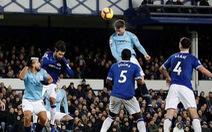 Đá bại Everton, Manchester City chiếm lại ngôi đầu